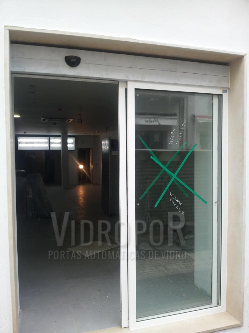 Porta automatica de vidro perfis a cor branco abertura total (a cor poderá ser personalizada ao tom pretendido)